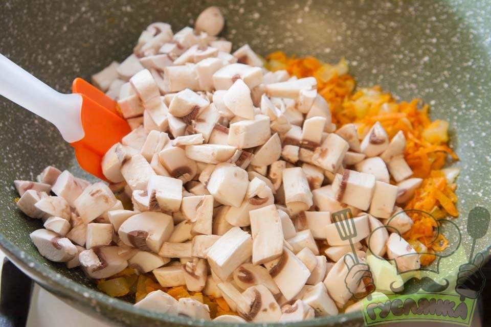 в пательню до підсмажених овочів додаю гриби, перемішую і продовжую смажити