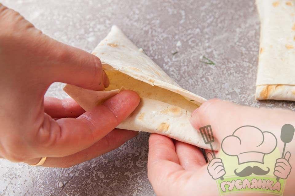 складаю лаваш з начинкою в вигляді трикутника
