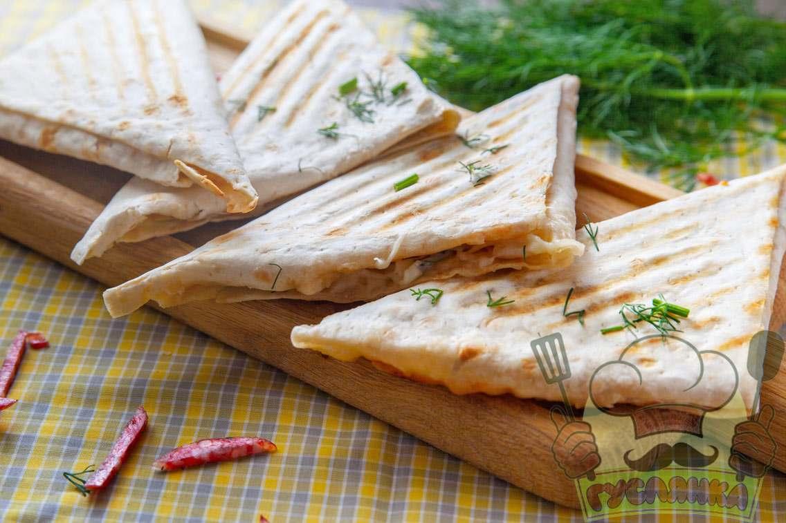 Трикутники з лаваша з сиром та ковбасою
