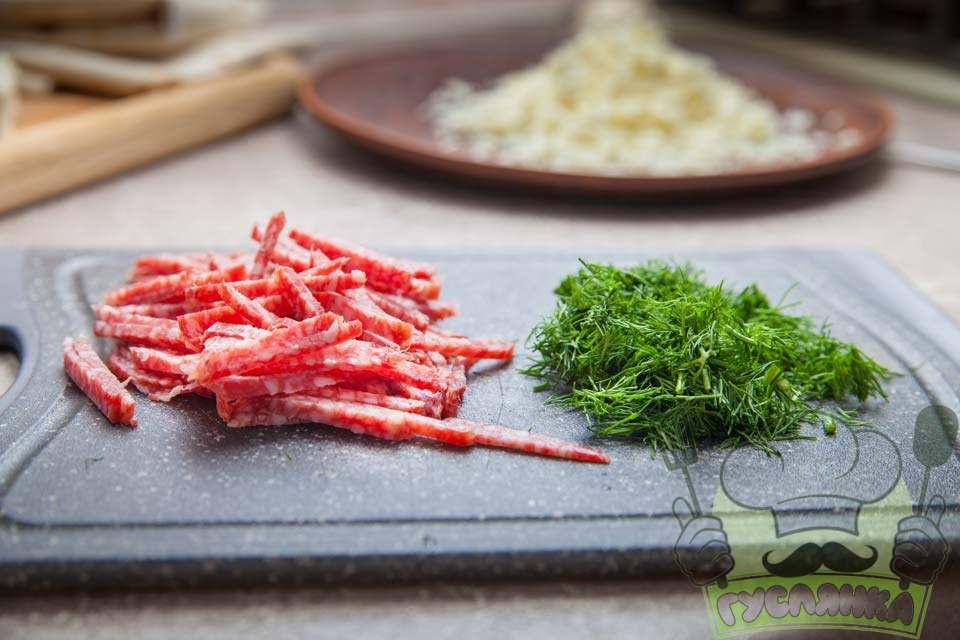 ковбасу нарізаю соломкою, а зелень кропу добре промиваю, обсушую та мілко нарізаю