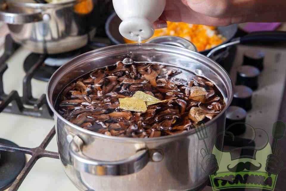до грибної юшки з сушених грибів додаю лавровий лист, сіль та перець