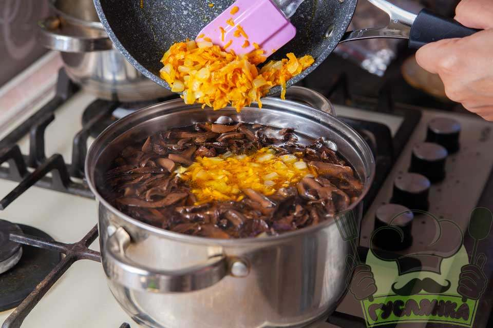 коли картопля звариться в каструлю перекладаю обсмажені овочі та варю ще кілька хвилин