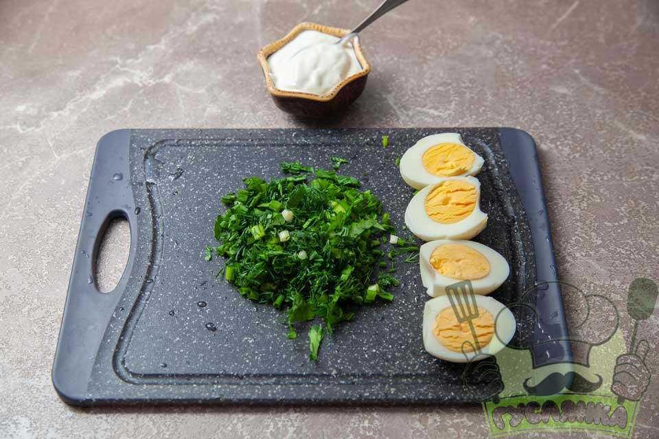 зелень дрібно шаткую, курячі яйця чищу від шкарлупи та розрізаю навпіл