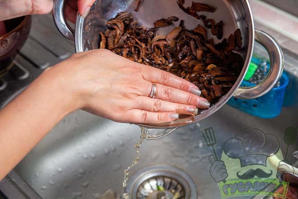 сушені гриби перекладаю в каструлю та дуже добре промиваю чистою проточною водою