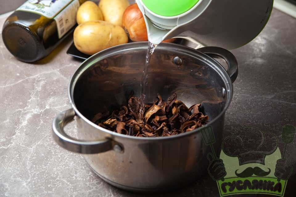 вимиті гриби заливаю 1 літром кип'яткам накриваю каструлю кришкою та даю грибам настоятися 20 хвилин