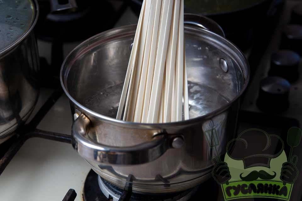 локшину удон відправляю в воду, що кипить і готую локшину згідно інструкції на упаковці