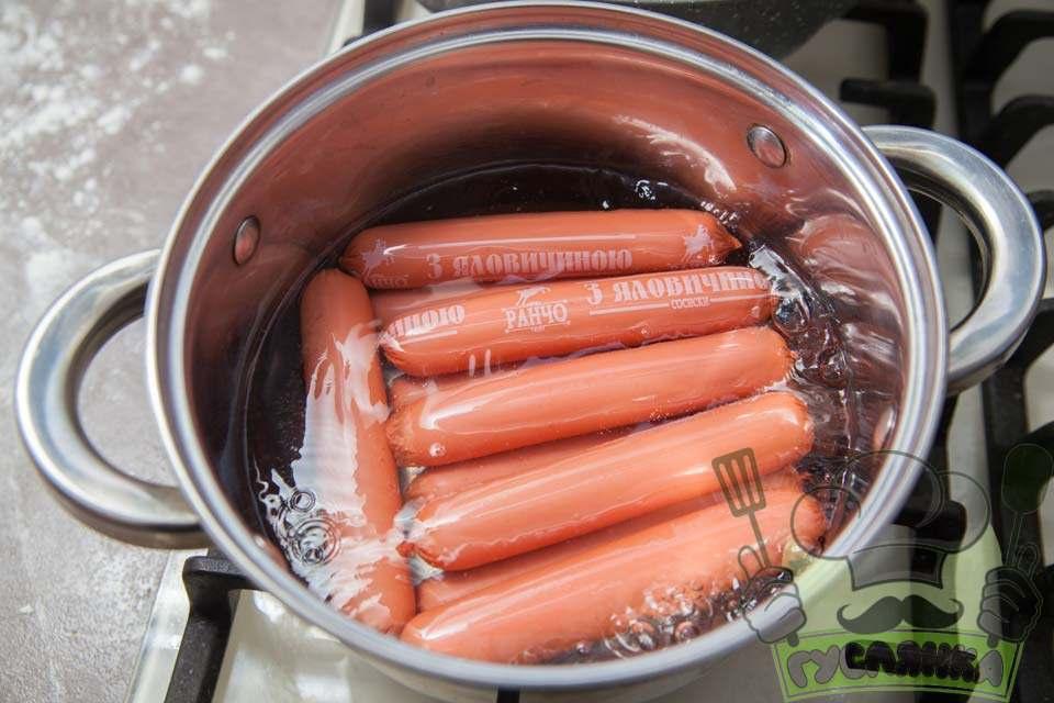 сосиски відварюю пару хвилин в киплячій воді