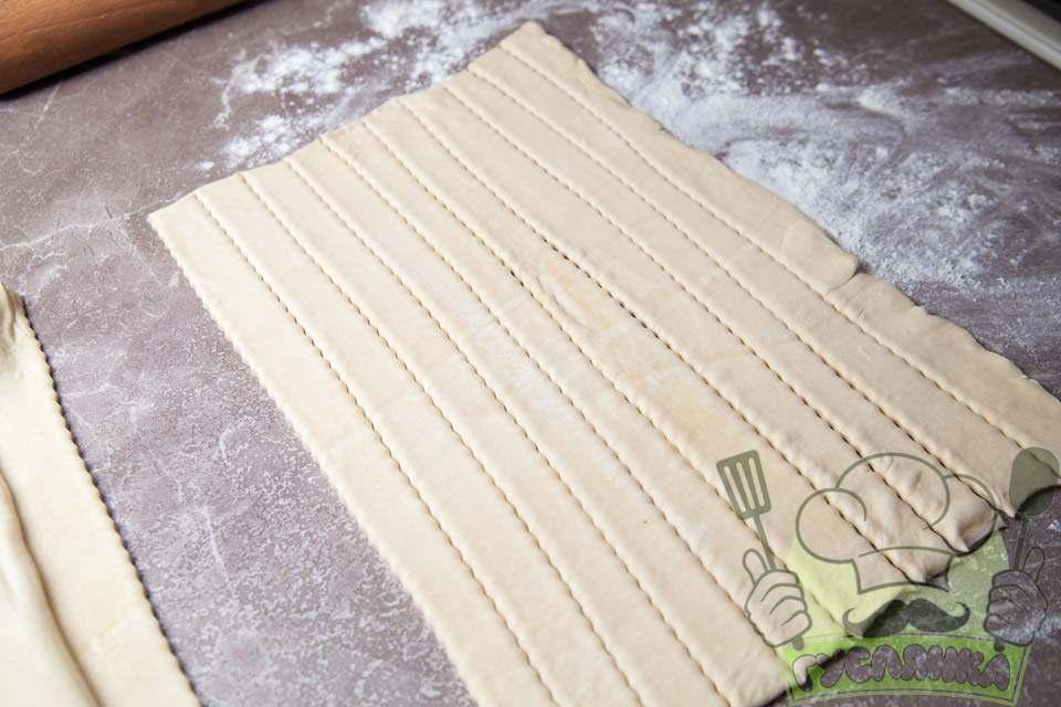 нарізаю тісто на 10 довгих смужок за допомогою ножа для тіста