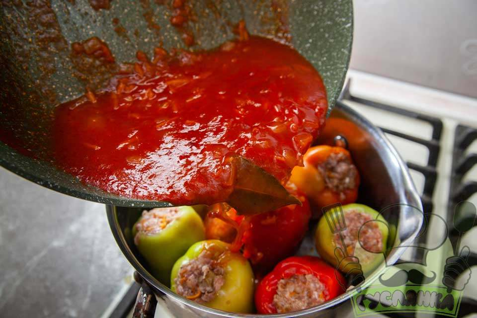 зверху наповнені перці заливаю томатною підливою