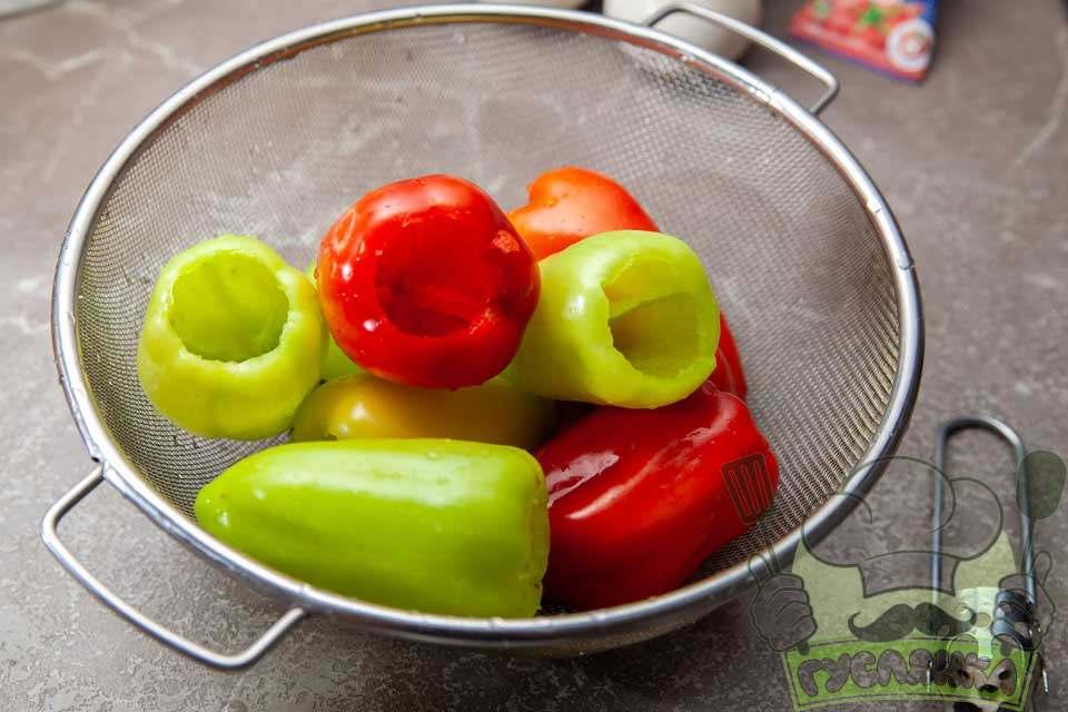 перець мию, а потім чищу від плодоніжки і насіння спеціальним ножем