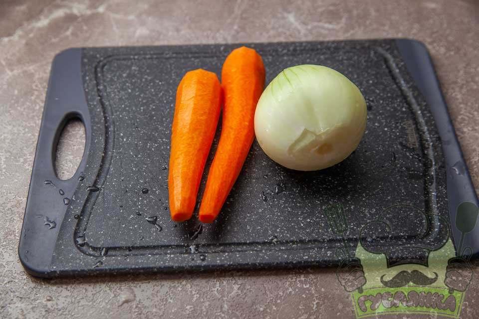 моркву та ріпчасту цибулю чищу та обполіскую в чистій воді