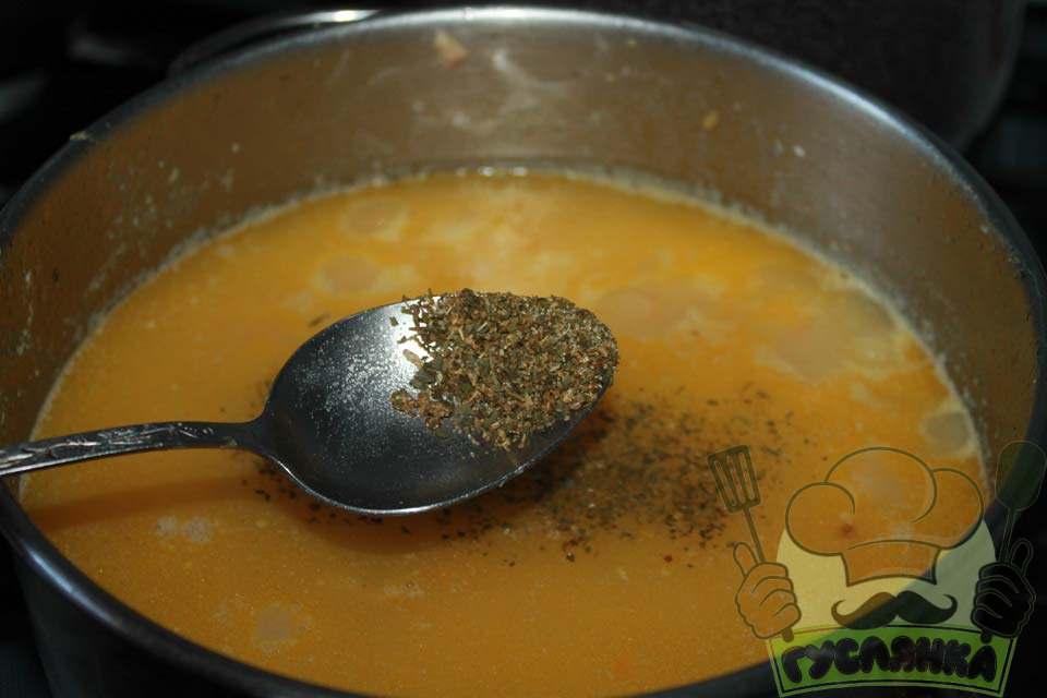 вміст каструлі солю і приправляю спеціями, варю ще 5 хвилин