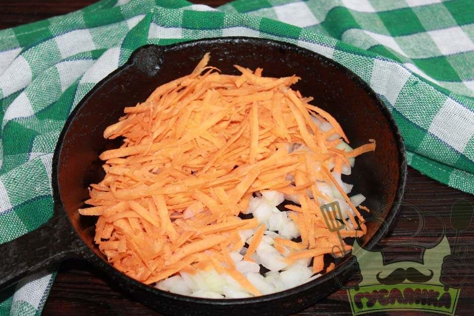 ріпчасту цибулю ріжу кубиками, моркву тру на крупній тертці, все кладу в сковорідку з гарячою соняшниковою олією, смажу 5 хвилин, помішуючи