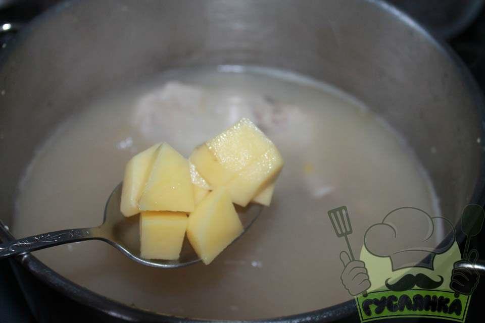 картоплю ріжу кубиками, відправляю в каструлю з горохом і куркою, варю 15-20 хвилин