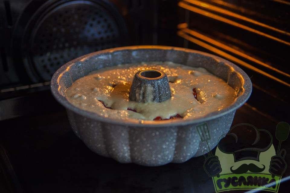 відправляю кекс на воді та рослинній олії з вишнями в розігріту до 180 градусів духовку на 30-40 хвилин