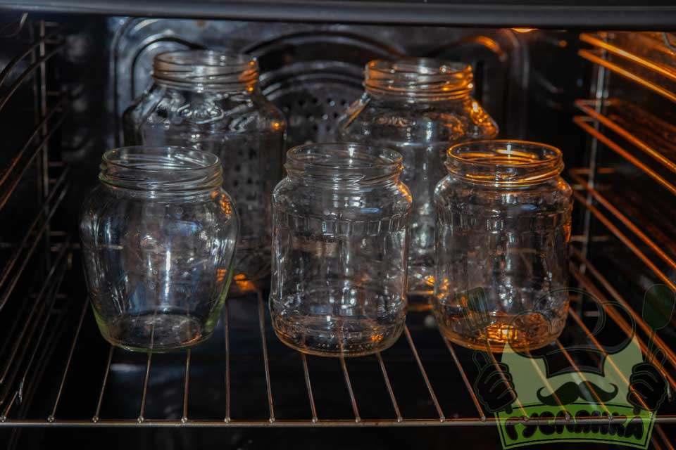 банки попередньо гарно вимиваю і стерилізують в духовці 30 хвилин при температурі 90 градусів