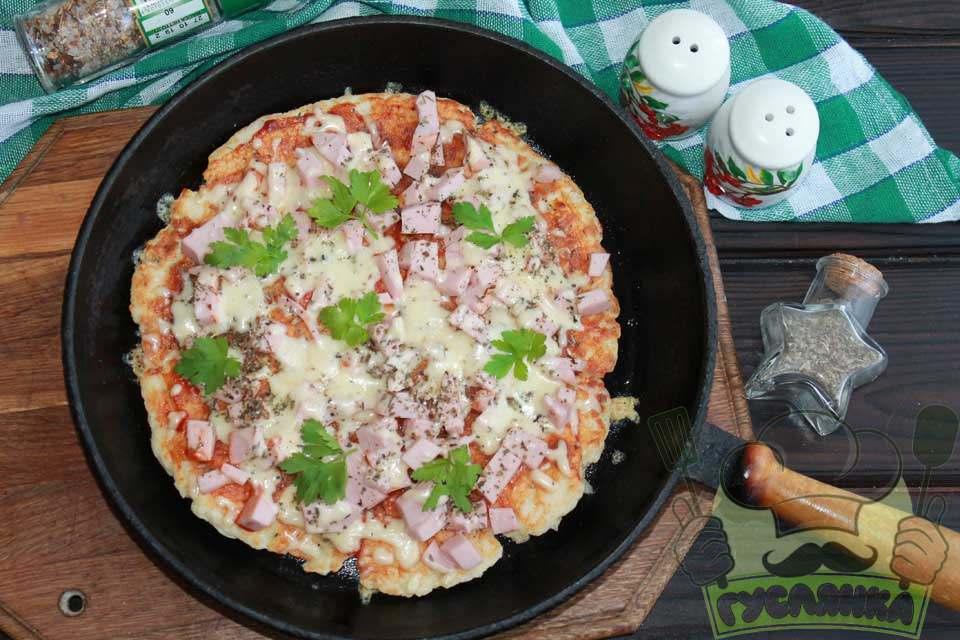 Піца на сковороді з ковбасою