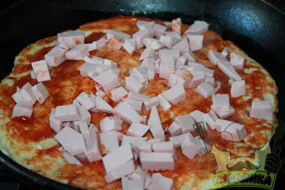 ковбасу ріжу кубиком або соломкою, розкладаю по основі