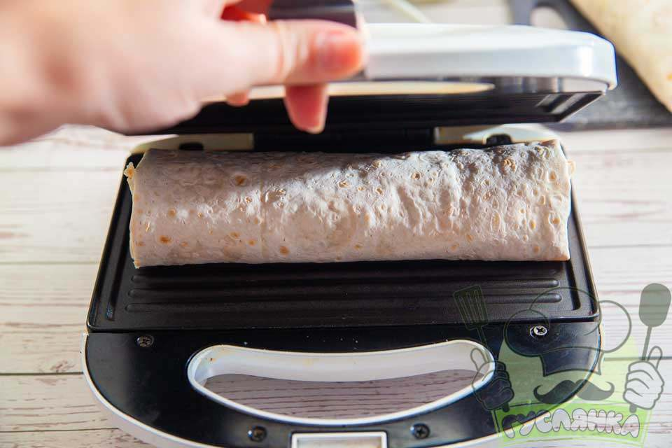шаурму розміщую в розігріту бутербродницю і обсмажую до рум'яної скоринки
