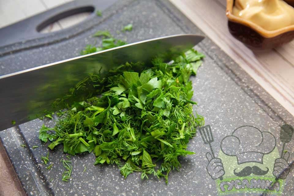 свіжу зелень мию, обсушую паперовими рушниками і дрібно шаткую