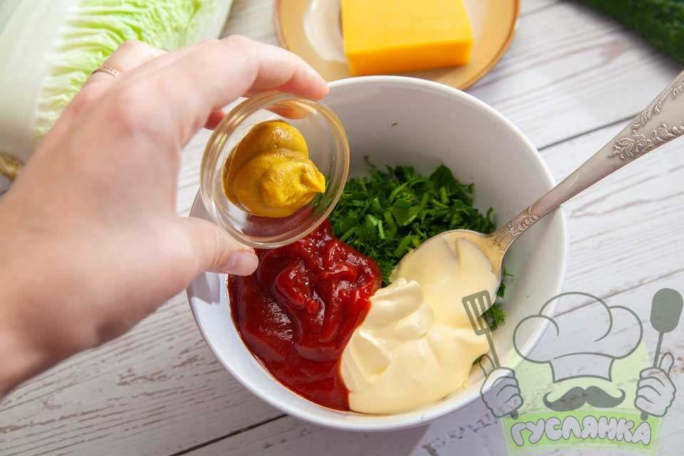 для соусу з'єдную подрібненою зеленню, майонез, кетчуп і гірчицю