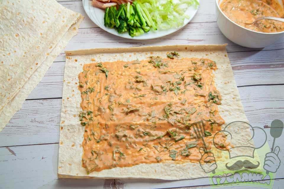 середину лаваша змащую підготовленим соусом, залишаючи краї лаваша не змащеними